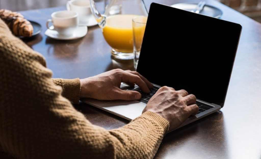 איש עסקים עובד על המחשב